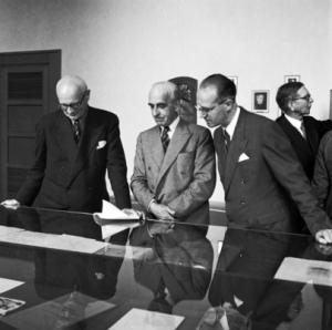 Lester (centre) formally handing over League assets to UN representatives (Source: UN Library, Geneva)